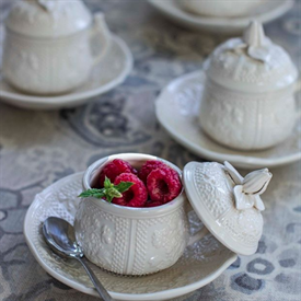 pont_aux_choux_mottaheheh_china_dinnerware_by_mottahedeh.png