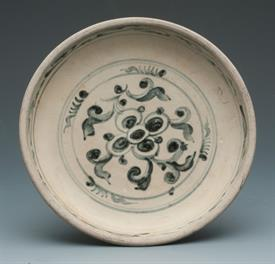 """VIETNAMESE POTTERY HOI AN BLUE/WHITE GLAZED PLATE.  6"""" DIAMETER. TWO SPOTS ON BACK OF PLATE WITH GLAZE MISSING."""