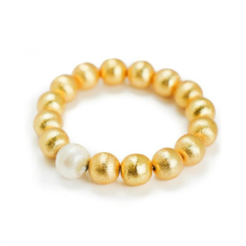 -,MARGOT BRACELET IN WHITE BAROQUE. 22K GOLD PLATED BRASS BEADS WITH A WHITE BAROQUE PEARL ACCENT BEAD ON ELASTIC.